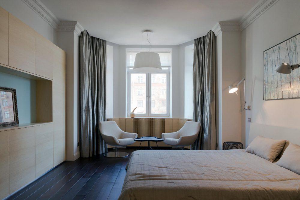 Необычным оформлением декора является спальня с эркером