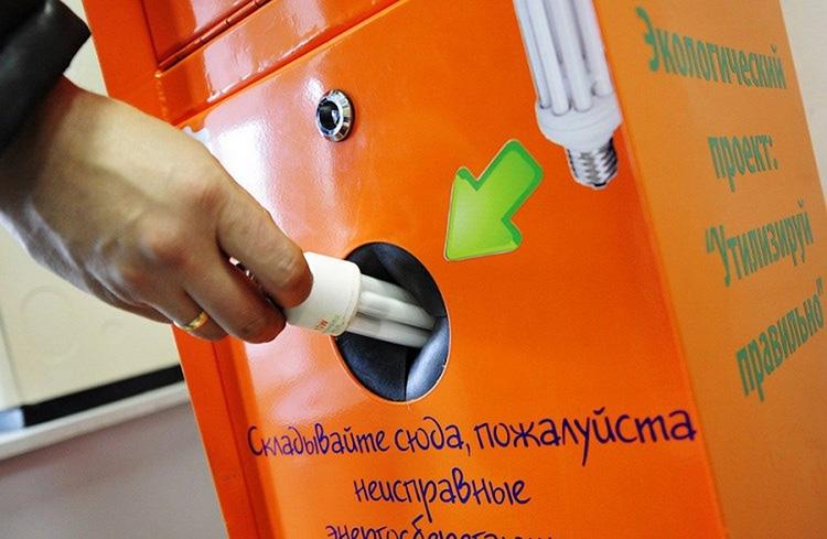 Такие контейнеры устанавливаются практически во всех городах – утилизировать ЭСЛ с бытовым мусором недопустимо