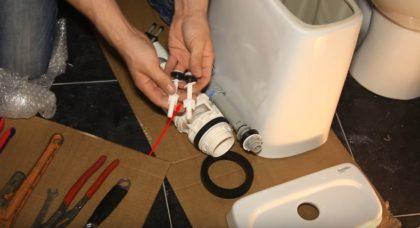 Пластиковые болты с гайками, шайбами и уплотнителями. При сборке унитаза допускается использование только тех крепежей, которые изготовлены из нержавейки, латуни или пластика. Обычные стальные болты при долгой эксплуатации покрываются ржавчиной, открутить их впоследствии без повреждения сантехники становится практически невозможно, потому применять их нежелательно