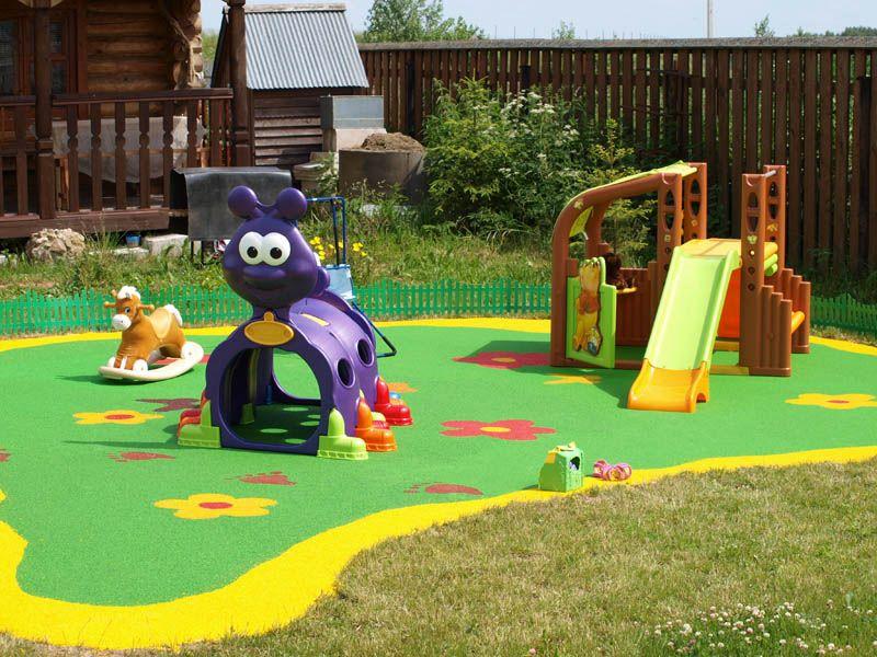 Игровая площадка для маленьких детей на территории приусадебного участка