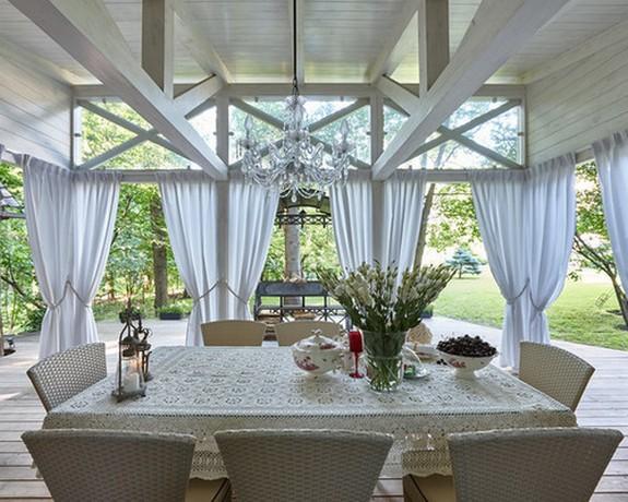 шторы из ткани на крытой веранде