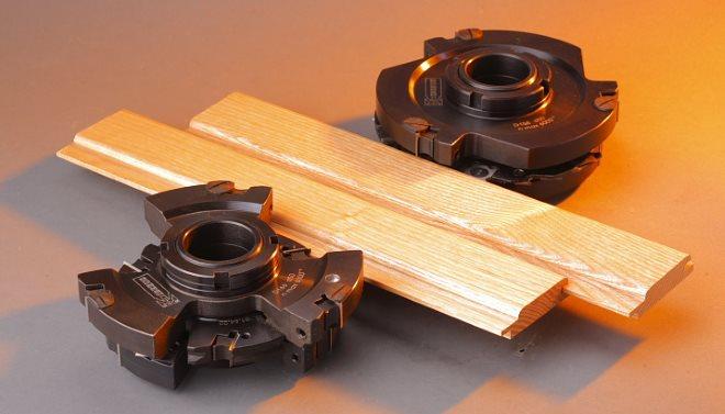 Комплект насадок для изготовления вагонки состоит из двух фрез, каждая из которых предназначена для обработки одной стороны доски