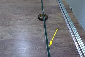 Следующий шаг – крепление уголков или П-профилей по периметру помещения.