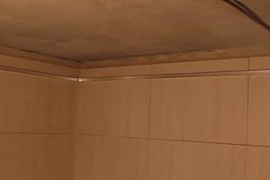 Затем с наклеенной полоски скотча постепенно снимается защитная подложка, и профиль приклеивается к стене по пробитой ранее линии.