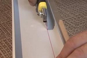 После того как смонтирована большая часть площади потолка, есть смысл заранее позаботиться и об установке крайней панели, которую, скорее всего, придется подрезать вдоль по всей длине.