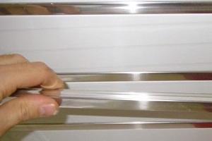 Если конструкцией подвесной системы предусмотрены заполняющие вставки между рейками, то пришло время их установки.