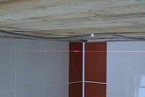 После того как определились с величиной опускания потолочной поверхности, по периметру помещения необходимо отбить горизонтальную линию.