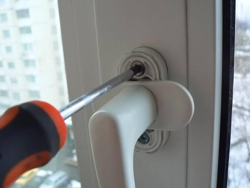 Снятие ручки металлопластиковой двери