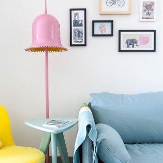 Розовый металлический торшер в гостиной