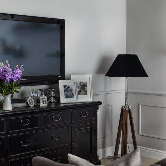 Черно-коричневый торшер в гостиной