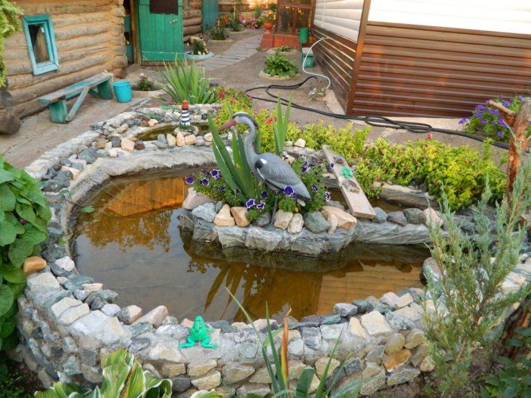 Небольшой искусственный водоем во дворе частного дома