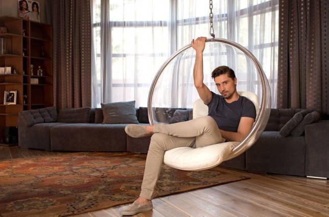 Дима Билан в комнате отдыха