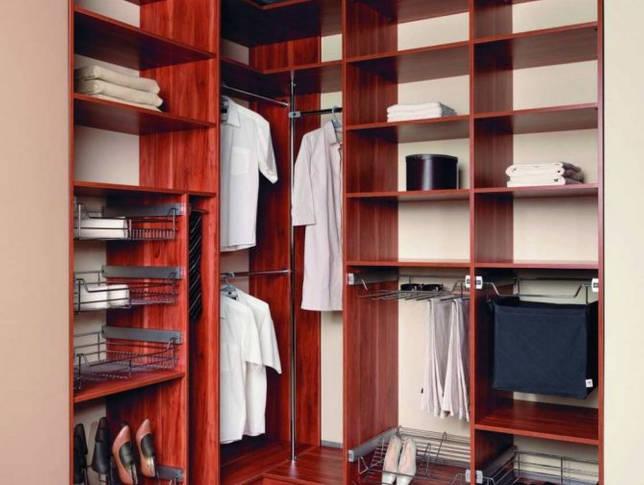Внутреннее наполнение гардероба в спальной комнате