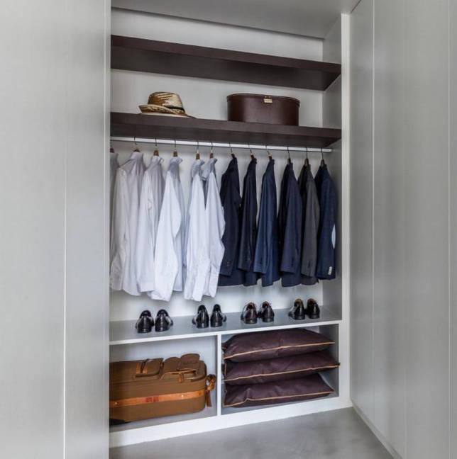Гардеробный шкаф в нише стены спального помещения
