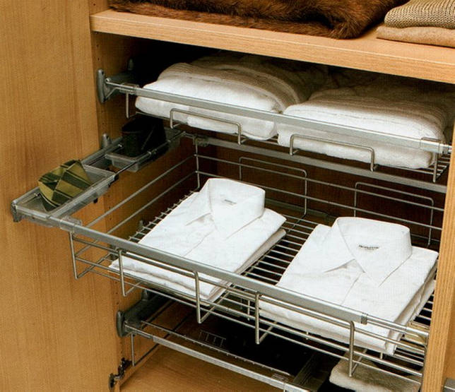 Белые рубашки в корзине гардеробного шкафа