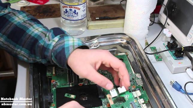 Что делать, если пролил воду на ноутбук: первые действия, подготовка к устранению последствий, последовательность разборки ноутбука, чистка