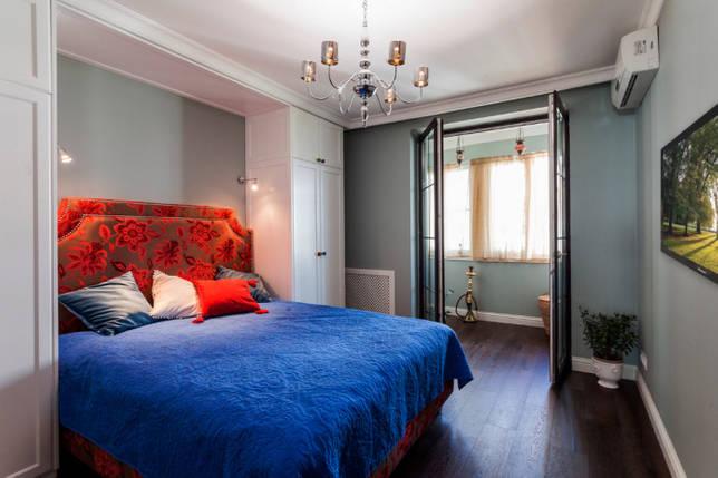 красочная спальня с балконом