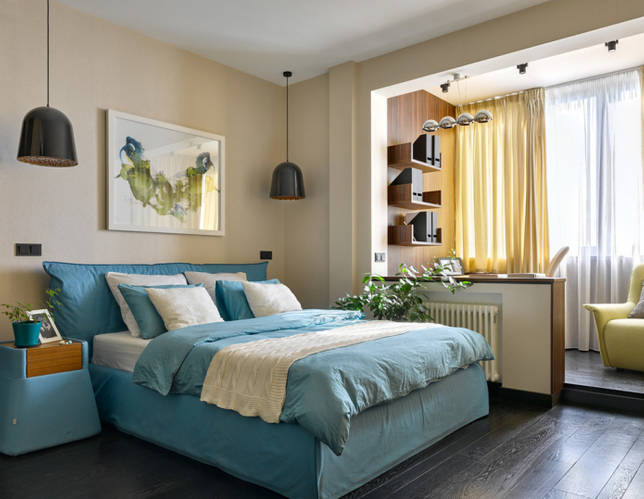 спальня с рабочим местом на балконом