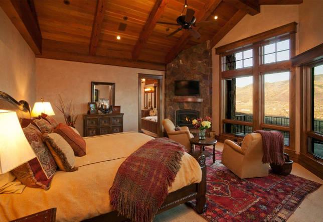Бежево-коричневая спальня в стиле кантри
