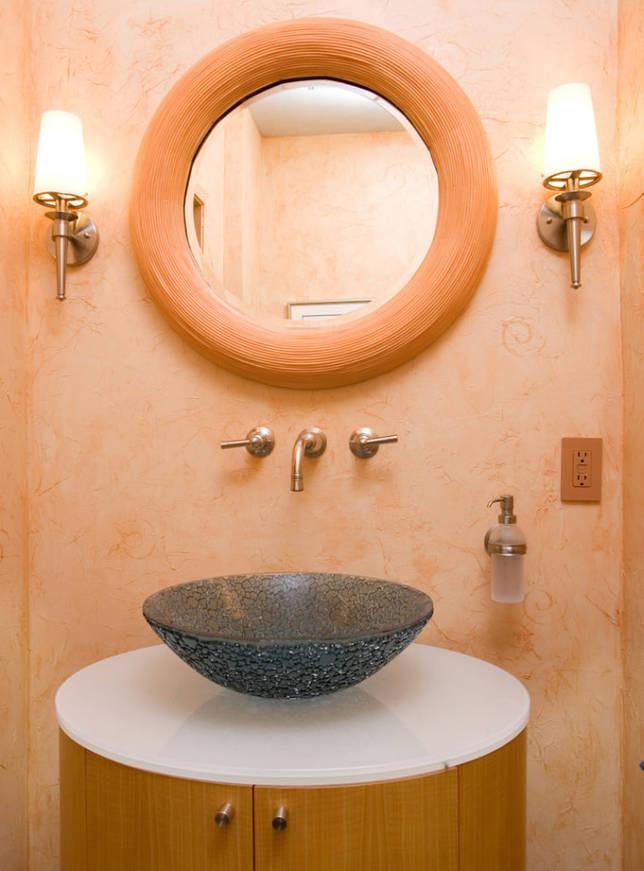 персиковая рама у зеркала