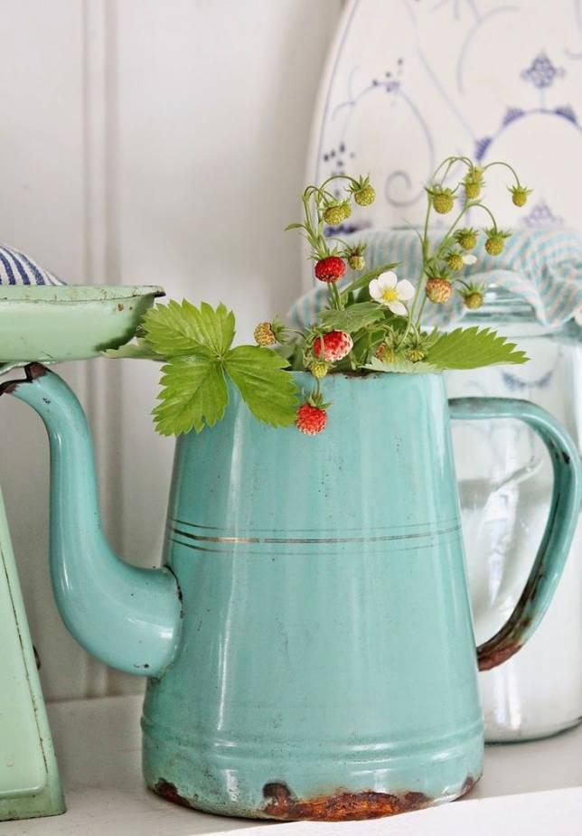 Земляника, украшающая старинный чайник