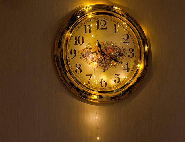 Украшение часов электрической гирляндой