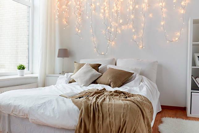 Декорирование спальни электрическими гирляндами