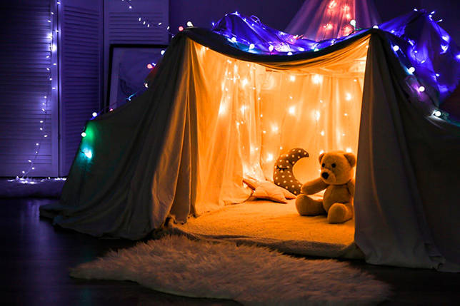 Детский домик украшенный новогодними гирляндами