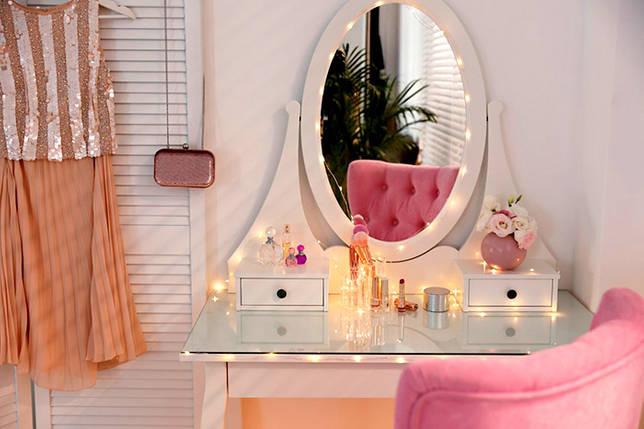 Декорирование зеркала электрической гирляндой
