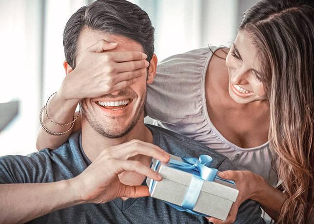 Как подарить телефон парню