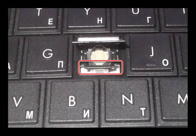 Процесс извлечения клавиши на ноутбуке