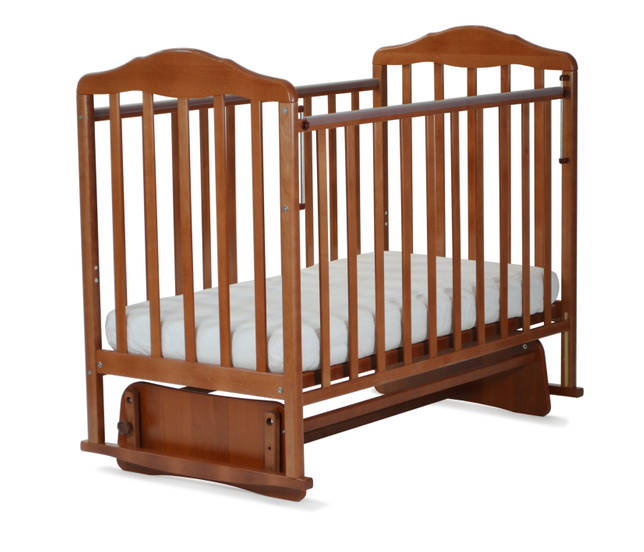 Деревянная детская кроватка с маятниковым механизмом