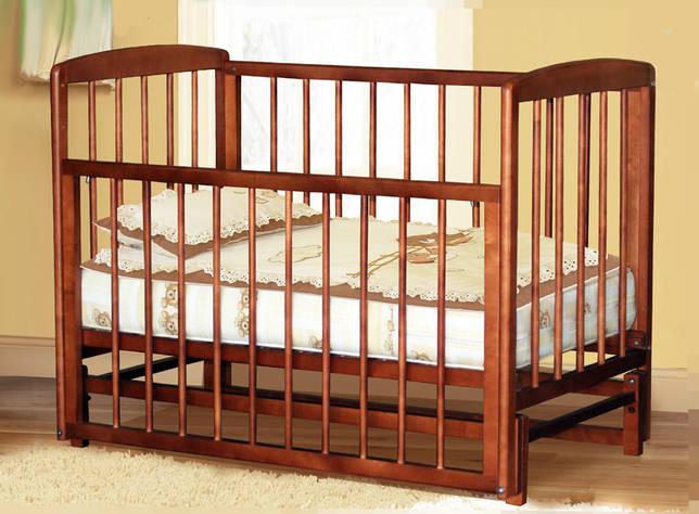 Детская кроватка с маятниковым механизмом и сдвигающимся бортиком