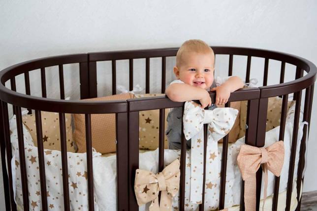 ребенок в кроватке-маятнике