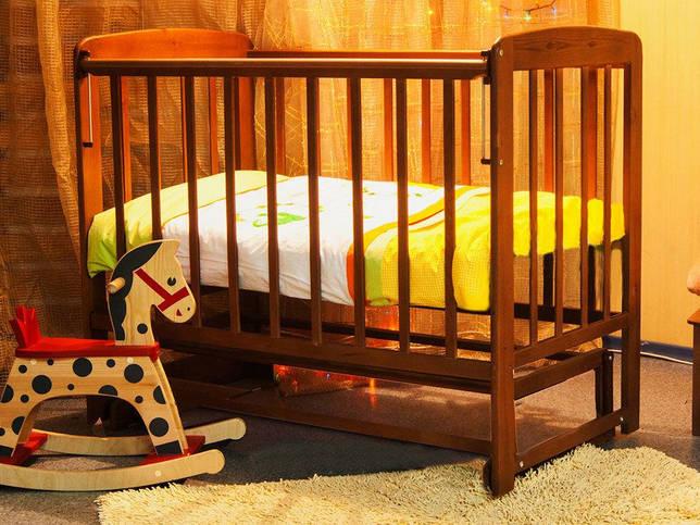 укачивать ребенка в кроватке-маятнике