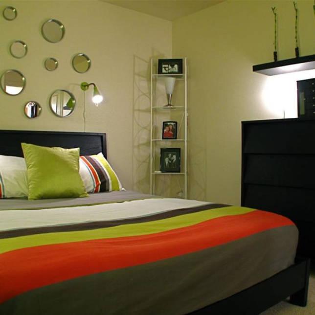 zerkala-raznogo-diametra--stilnoe-reshenie-voprosa-kak-ukrasit-stenu-v-spalne-nad-krovatyu