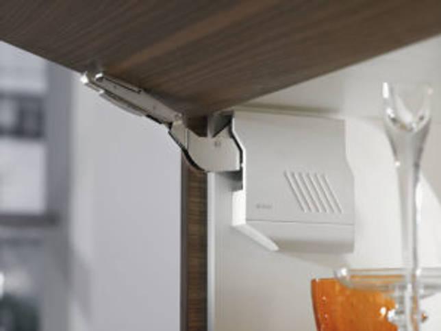 Как установить доводчик на кухонный шкаф: установка петель на кухонные шкафы своими руками, как правильно установить газлифт, особенности газлифтов, виды мебельных петель