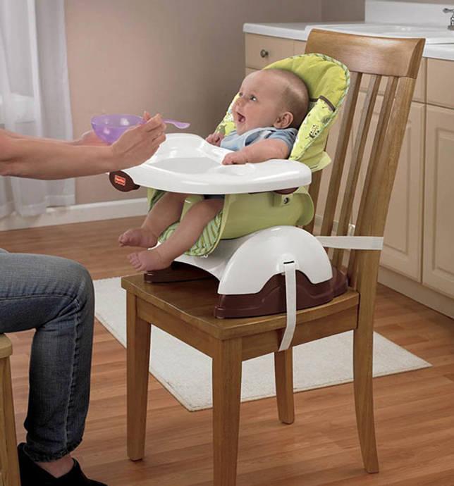Стульчик-бустер установлен на жестком сидении и прикреплен специальными ремнями