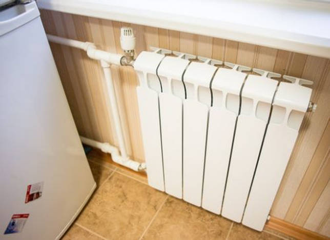 холодильник вблизи с батареей