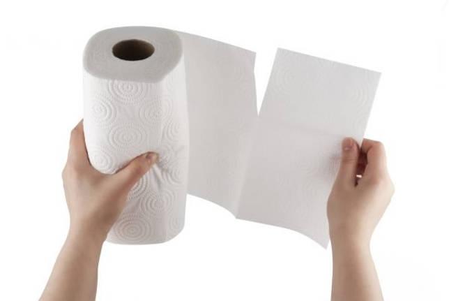 Девушка отрывает бумажное полотенце
