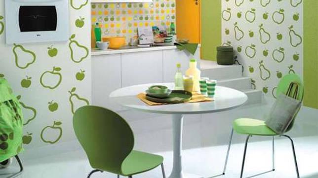Нужно ли клеить обои за кухонным гарнитуром: несколько рекомендаций по подготовке стен перед установкой гарнитура.