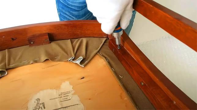 Необходимо демонтировать сиденье и, если требуется, спинку