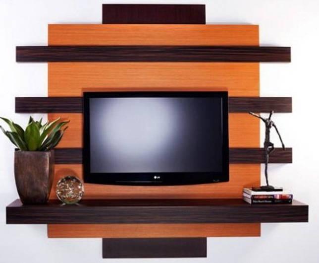 ТВ-стена оформлена с помощью полки оригинальной формы в несколько более темной тональности