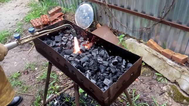 Разжигание мангала горелкой.