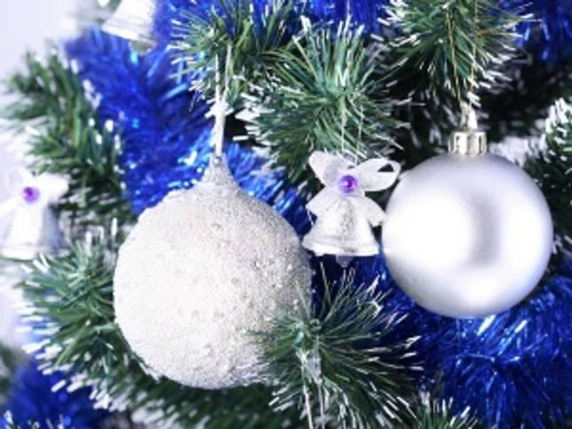Сине-серебристое украшение зеленой елки