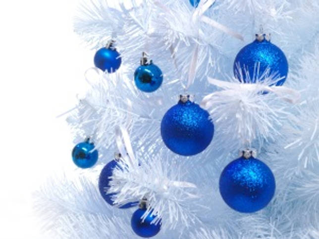 Серебристая елка с синими шариками