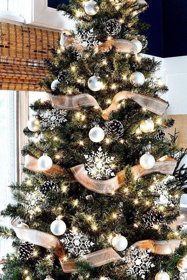 елка украшенная шариками