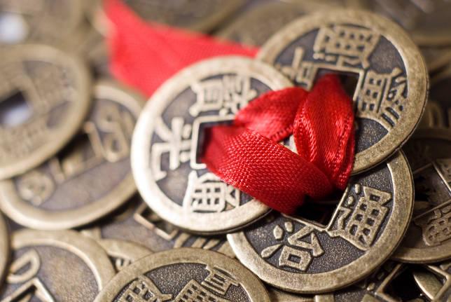 Зачем в угол комнаты кладут монеты? Описание ритуала